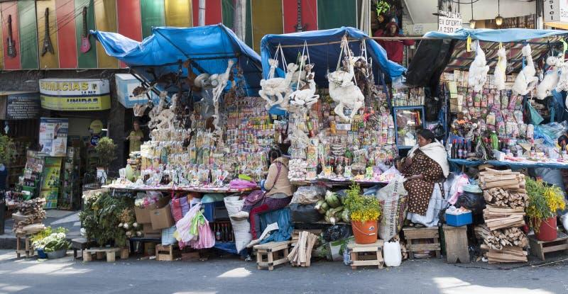 Vendeur non identifié de femme de rue vendant des offres, souvenirs, MESAs pour des rituels avec les foetus secs de lama photos stock