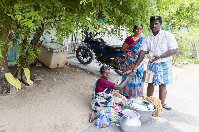 Vendeur non identifié de femmes vendant des poissons au marché en plein air photo stock