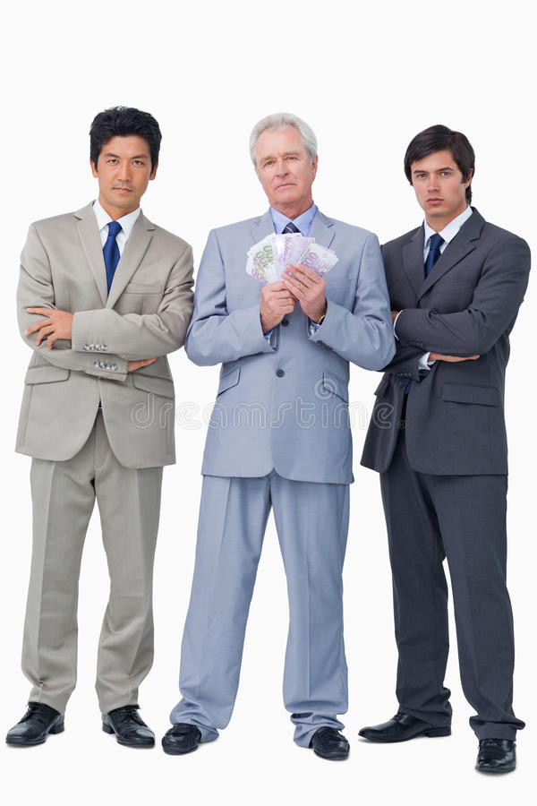 Vendeur supérieur avec l'argent et ses employés photos stock