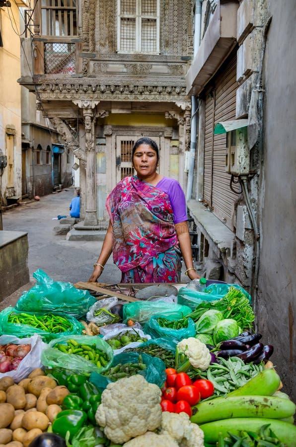 Vendeur végétal féminin dans l'Inde images libres de droits