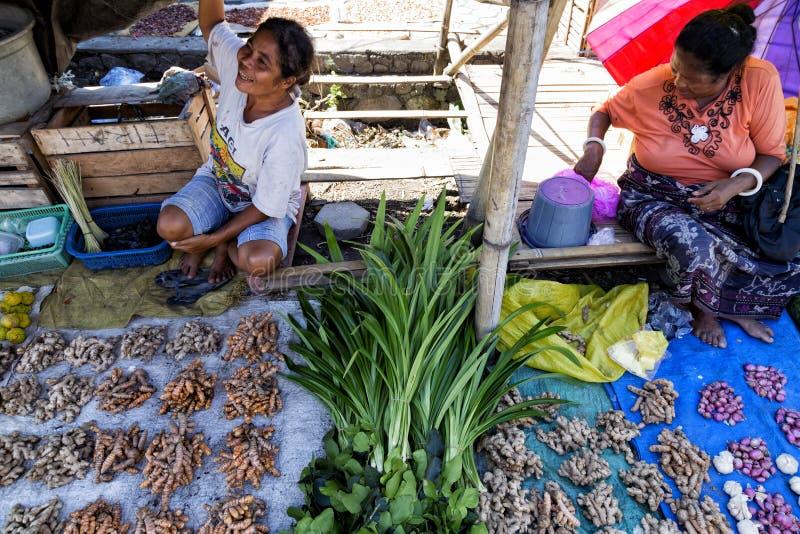 Vendeurs à un marché dans Maumere image libre de droits
