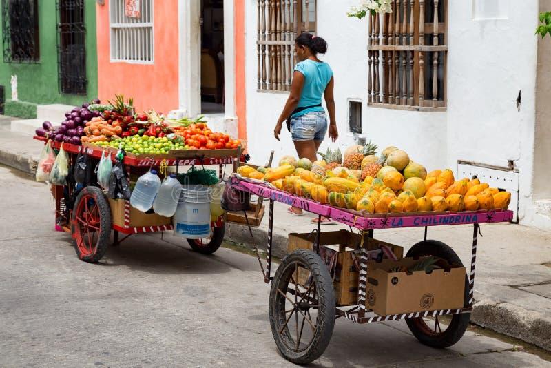 Vendeurs de fruit dans le voisinage de Getsemani de Carthagène, Colombie photographie stock libre de droits