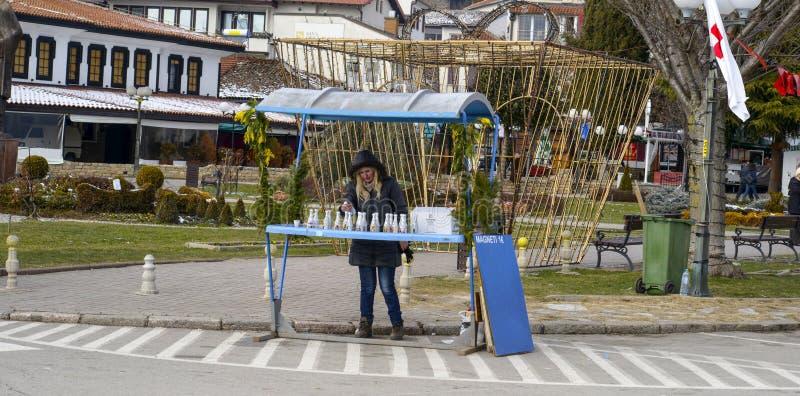 Vendeurs de souvenir dans Ohrid le jour d'épiphanie, dans Ohrid, Macédoine photo stock