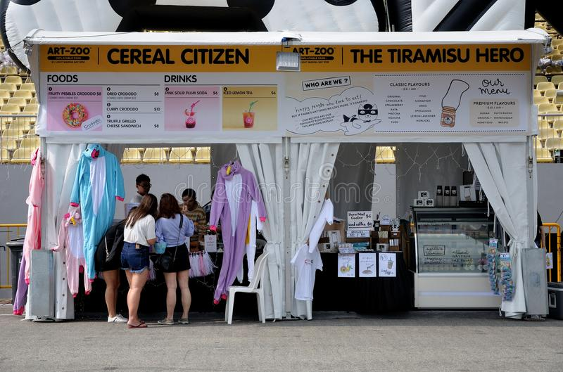 Vendeurs de stalle de nourriture à l'événement d'Art-zoo de Singapour images libres de droits