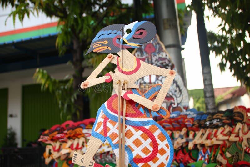 Vendeurs de Wayang Kulit sur les rues, tout en exhibant leurs produits de vente dans Tegal/Java-Centrale, l'Indon?sie, photos stock
