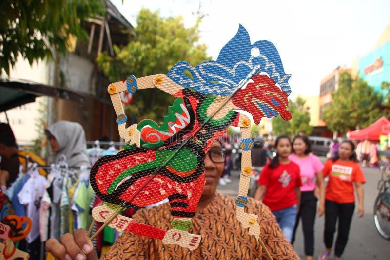 Vendeurs de Wayang Kulit sur les rues, tout en exhibant leurs produits de vente dans Tegal/Java-Centrale, l'Indon?sie, photographie stock