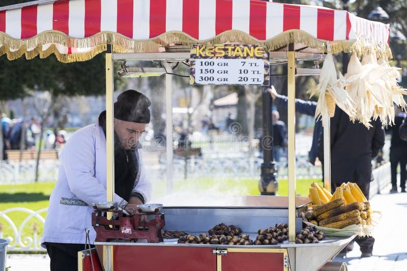 Vendeurs des châtaignes frites de maïs dans les rues d'Istanbul en Turquie image libre de droits