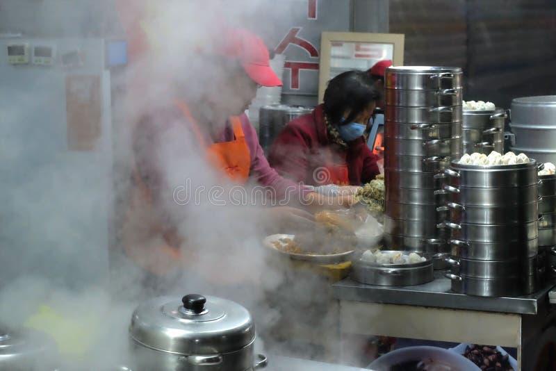 Vendeurs faisant les boulettes fraîches à la nourriture locale de rue image stock