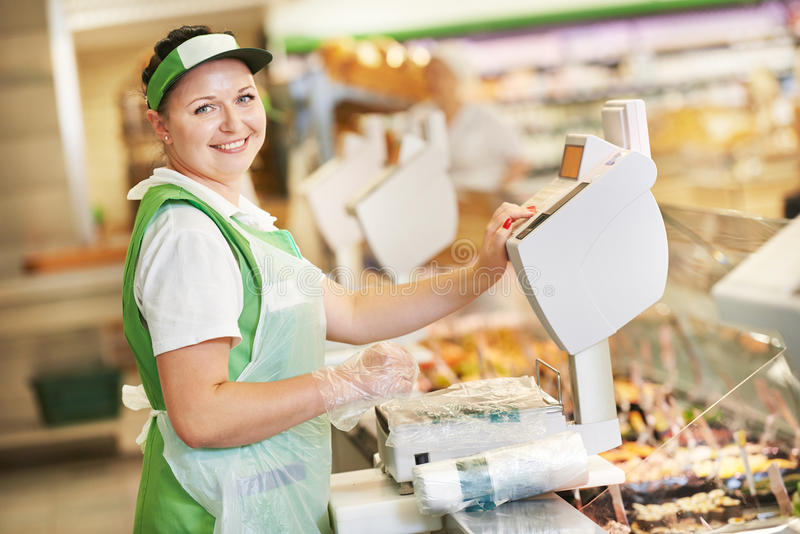 Vendeuse dans la boutique de supermarché images stock