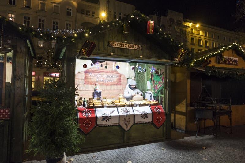 Vendeuse dans le kiosque de Noël Poznan Bethlehem ou marché de Noël de Poznan poland photos stock