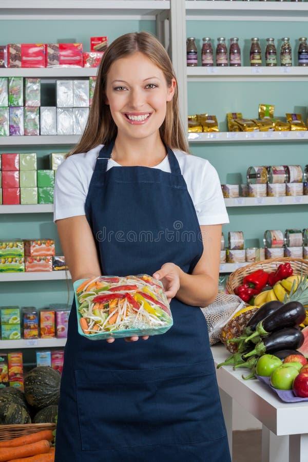 Vendeuse Holding Vegetable photo stock