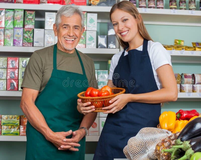 Vendeuse Holding Vegetable Basket avec le mâle photographie stock libre de droits
