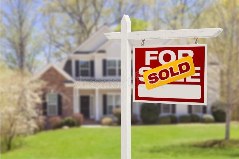 Vendido a casa para la muestra de la venta delante de la nueva casa imágenes de archivo libres de regalías