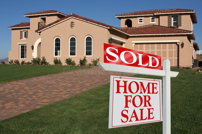 Vendido a casa para la muestra de la venta delante de la nueva casa fotos de archivo libres de regalías