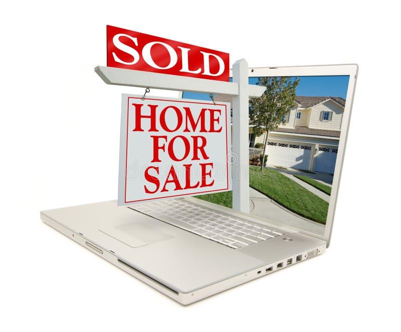 VENDIDO para casa para o sinal da venda & a HOME nova - no portátil imagem de stock royalty free
