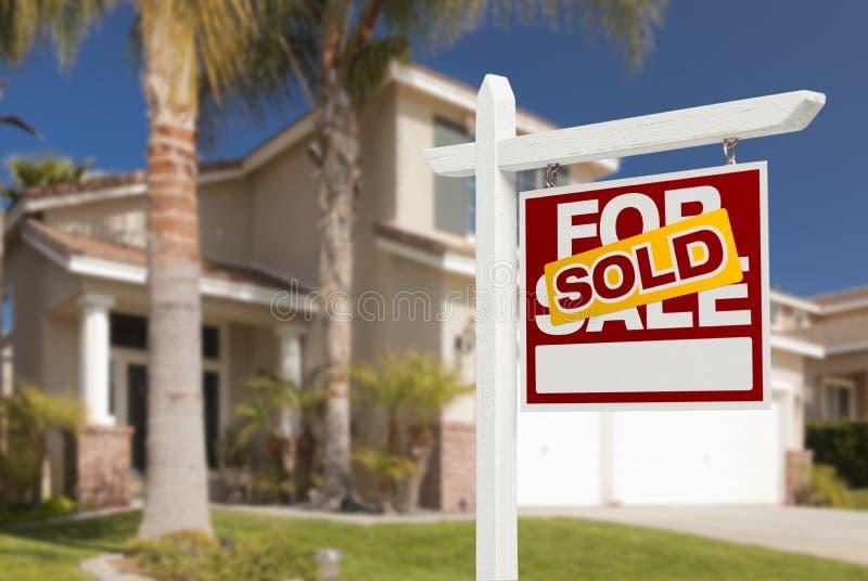 Vendido para casa para o sinal da venda na frente da casa nova fotos de stock royalty free