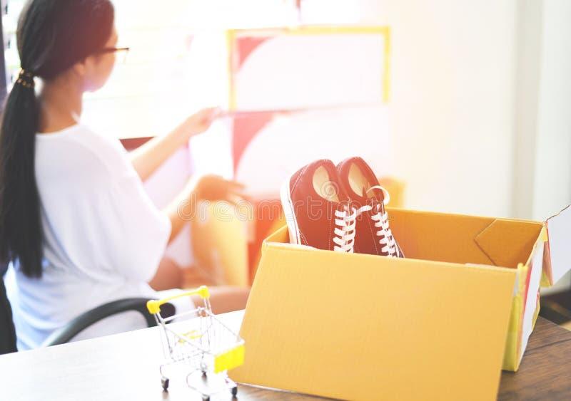 Vendiendo el comercio electrónico en línea que envía el concepto de trabajo en línea del pequeño propietario de negocio de lanzam fotografía de archivo