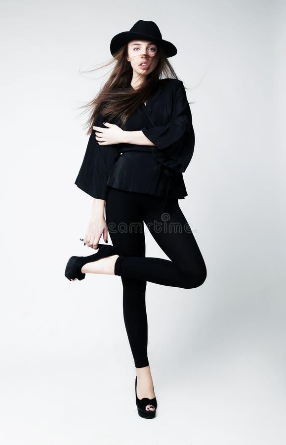 Vendimia - muchacha caucásica con estilo en ropa negra fotografía de archivo