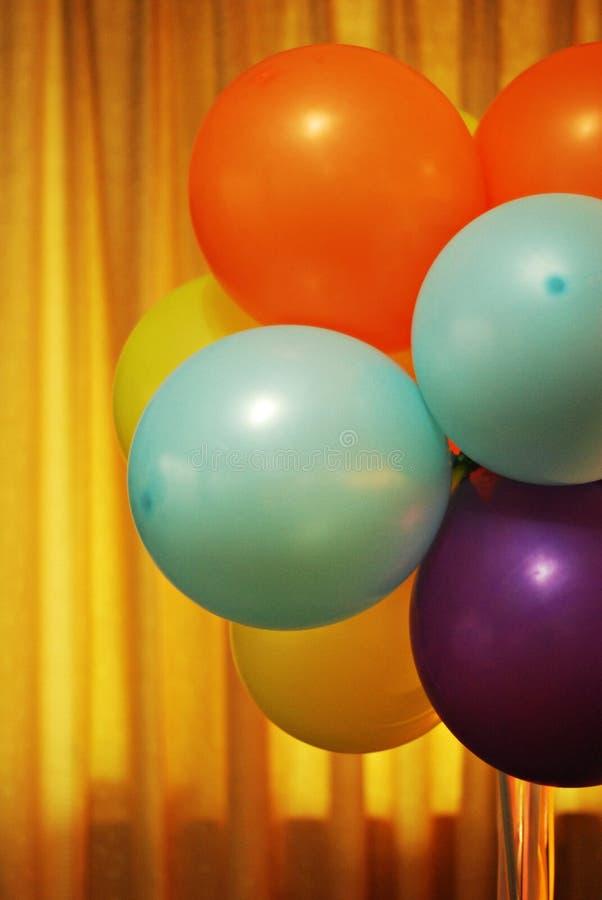 Vendimia que mira los globos del partido foto de archivo