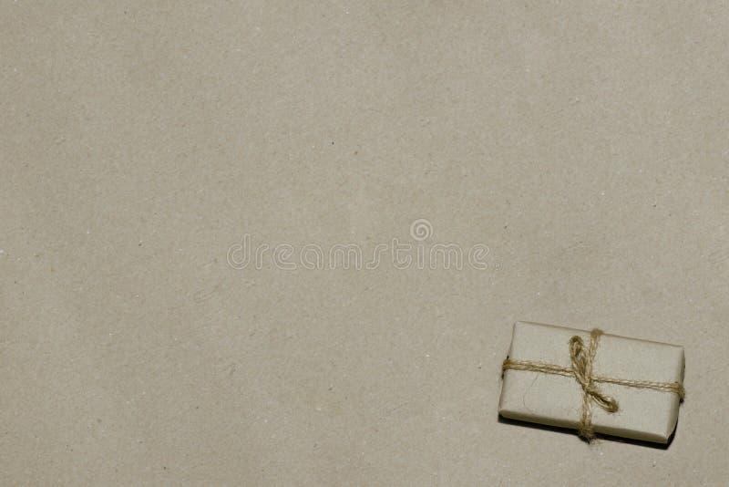 Vendita, annunciante regalo sulla carta kraft, spazio per il testo fotografia stock