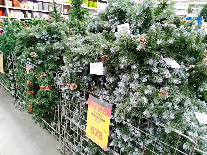 Vendita degli abeti artificiali di Natale nel grande supermercato Leroy Merlin delle merci domestiche fotografie stock libere da diritti