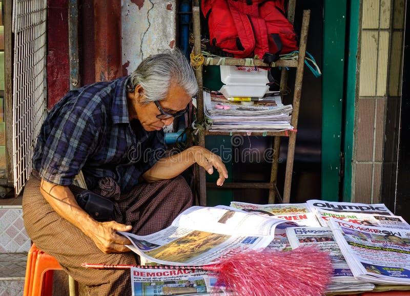 Vendita dei libri vecchi in Rangoon, il Myanmar fotografie stock libere da diritti
