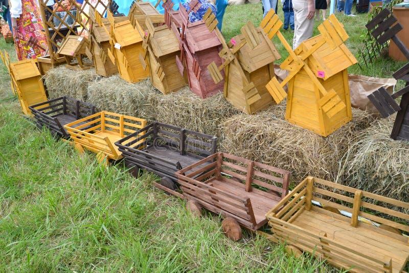 Vendita dei modelli di legno dei mulini a vento e dei veicoli ad una fiera di arte di piega fotografia stock libera da diritti