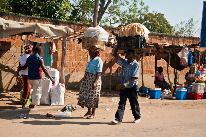 Vendita del pane nel servizio africano fotografia stock libera da diritti