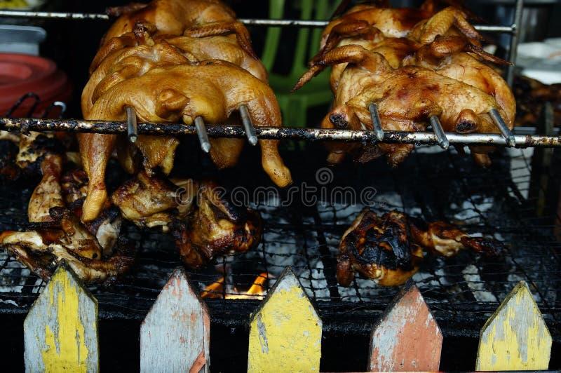 Vendita del pollo arrostito al mercato di strada immagine stock libera da diritti