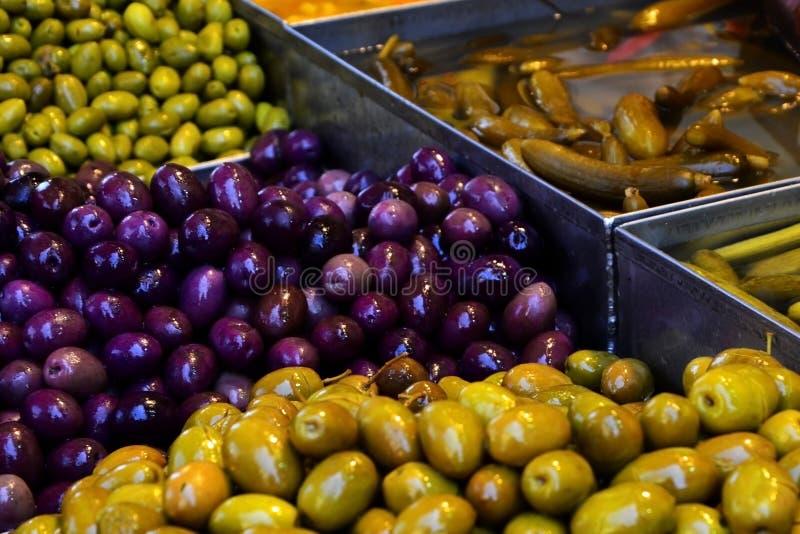 Vendita delle olive e dei sottaceti sul mercato di Gerusalemme in Israele fotografia stock libera da diritti