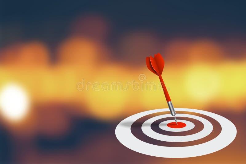 Vendita di affari e concetto di strategia: Il dardo rosso ha colpito l'obiettivo sul bordo di dardo con il fondo astratto del bok fotografia stock libera da diritti