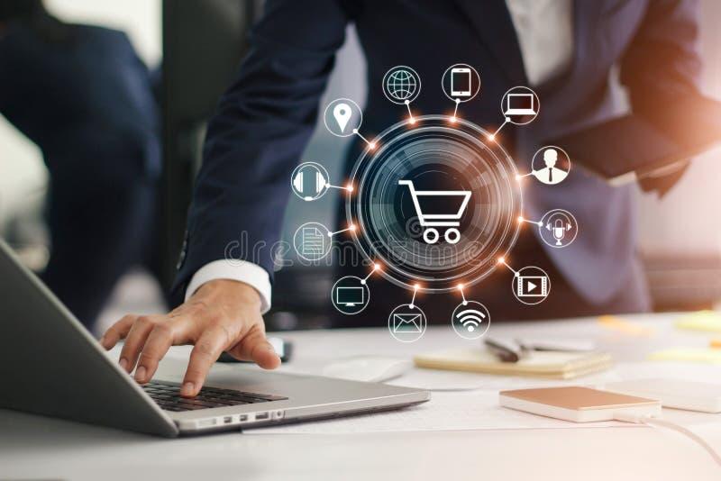 Vendita di Digital Uomo d'affari che lavora con la linguetta del computer portatile fotografia stock libera da diritti