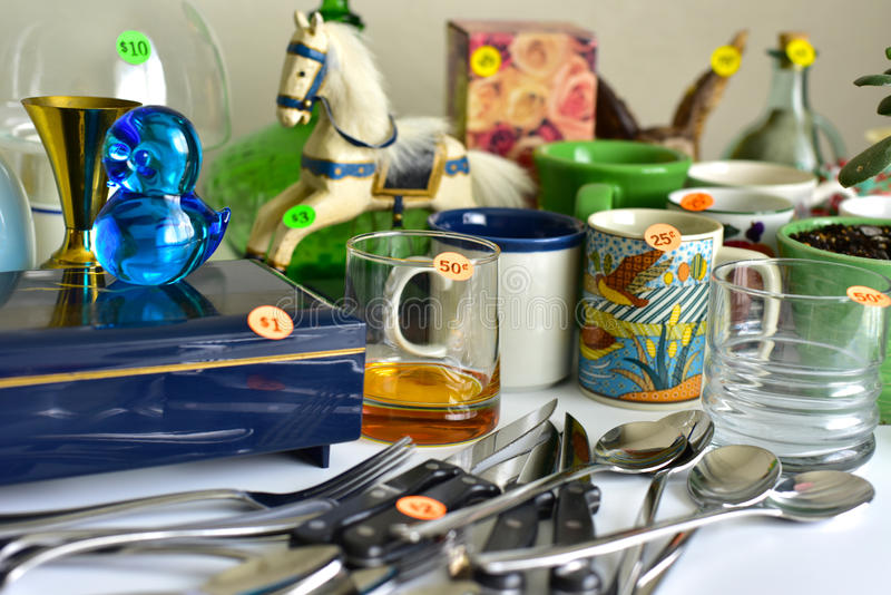 Vendita di oggetti usati di vendita di garage fotografia stock libera da diritti