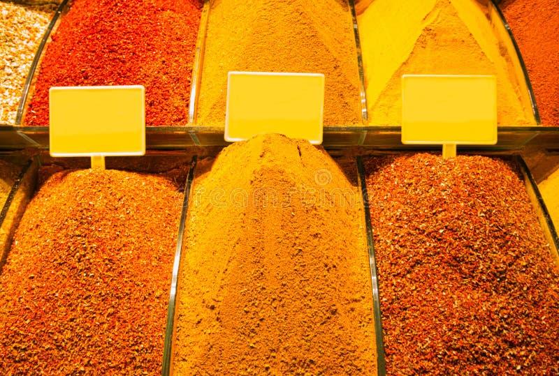 Vendita di parecchie spezie nel bazar arabo fotografia stock