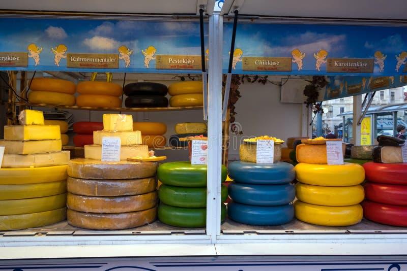 Vendita di vari formaggi alla fiera immagini stock