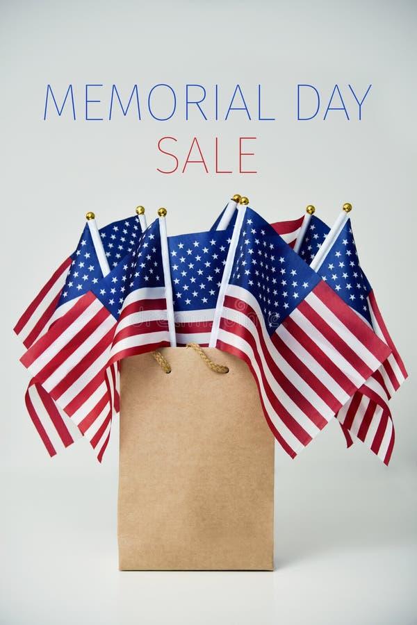 Vendita e bandiere americane di Giorno dei Caduti del testo fotografia stock