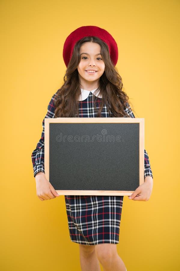 Vendita e sconto Bordo di informazioni di promo del bambino Posto per informazione Lavagna della lavagna dello spazio in bianco d fotografia stock