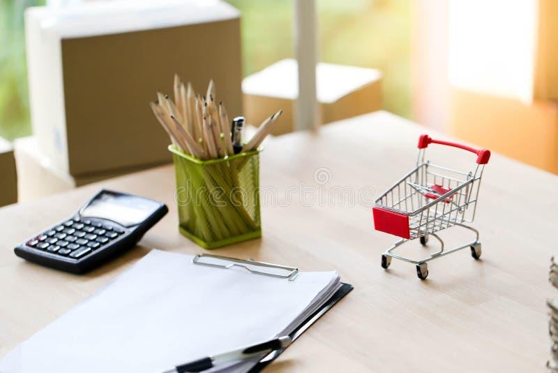 Vendita online che imballa con la PMI dell'imprenditore di piccola impresa di inizio su, consegna di compera online del carrello  fotografie stock libere da diritti