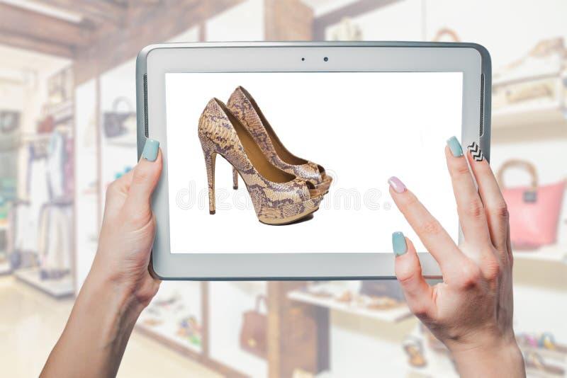 Vendita online del negozio di scarpe fotografia stock libera da diritti