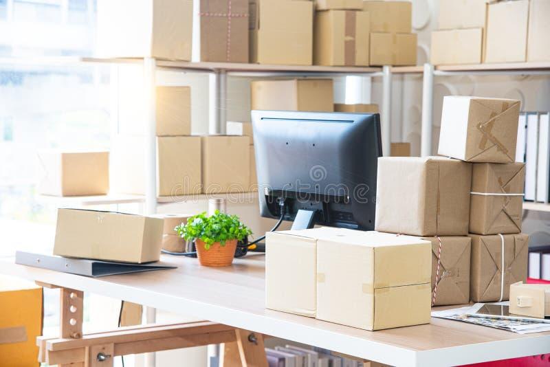 Vendita online o concetto online di compera di affari e scatola che imballano, scatola del pacchetto per la consegna al cliente d immagine stock