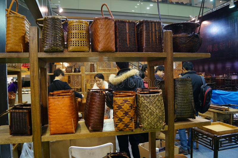 Vendite di mostra degli utensili del tè e della porcellana immagine stock libera da diritti