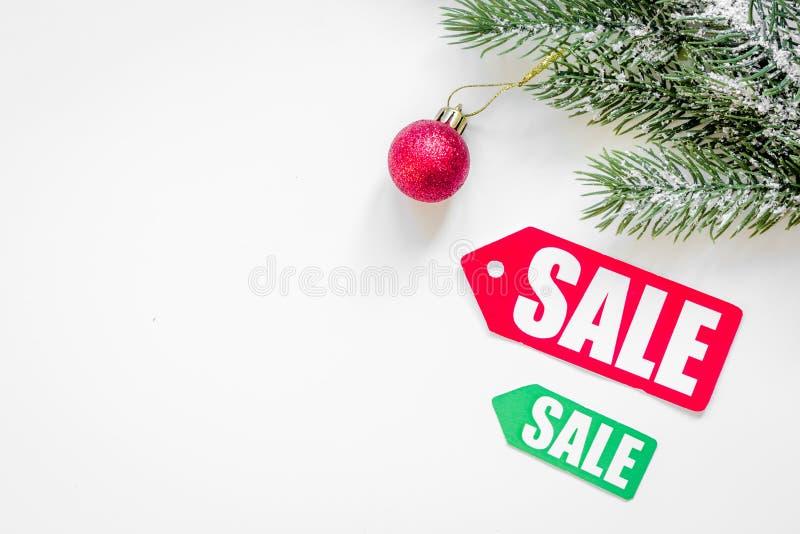 Vendite di Natale sulla vista superiore del fondo bianco fotografie stock