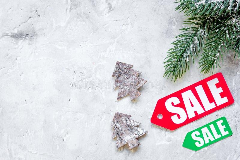 Vendite di Natale sulla vista superiore del fondo grigio fotografie stock
