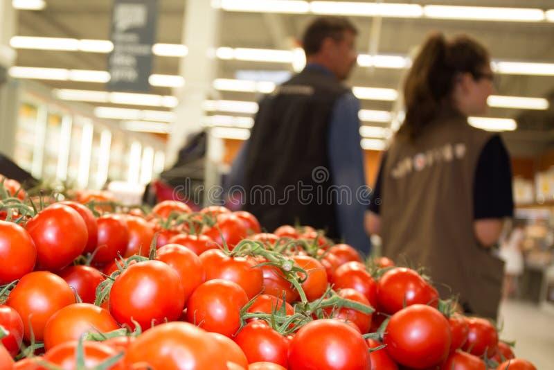 Vendite maschii e femminili di aiuto su fondo al contatore di verdure fotografia stock libera da diritti