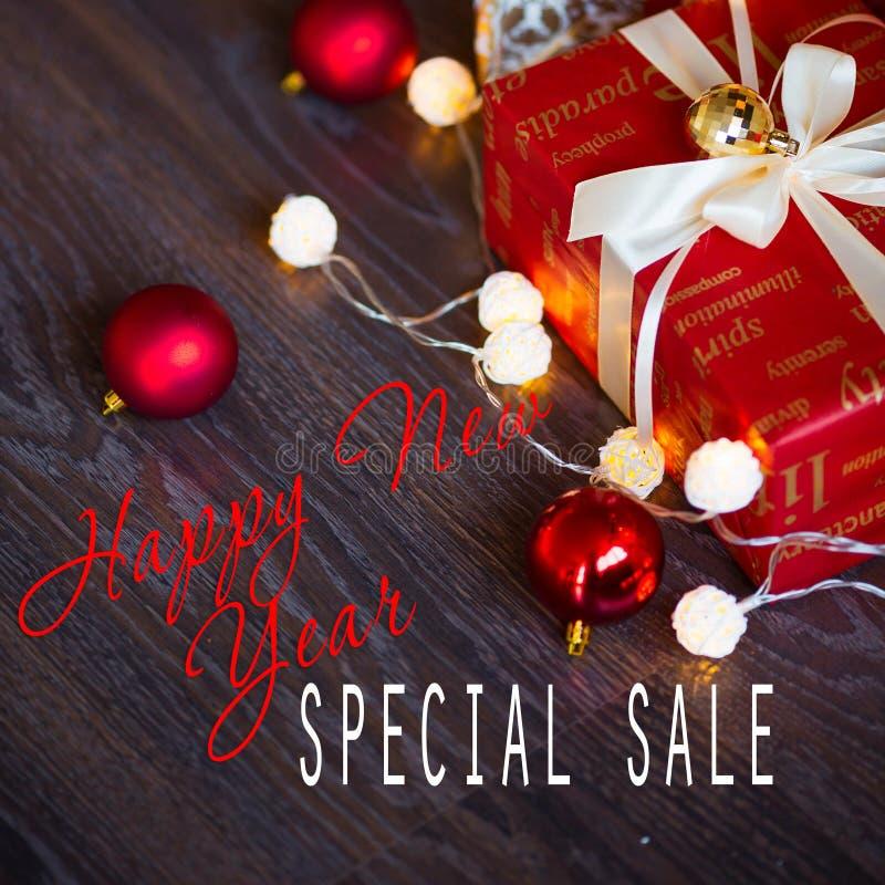 Vendite sulle feste del nuovo anno e di Natale Decorazione festiva con l'iscrizione informativa dello sconto per le negozio-fines fotografie stock libere da diritti