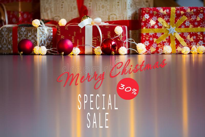 Vendite sulle feste del nuovo anno e di Natale Decorazione festiva con un'iscrizione informativa di uno sconto di 30 per cento pe fotografia stock