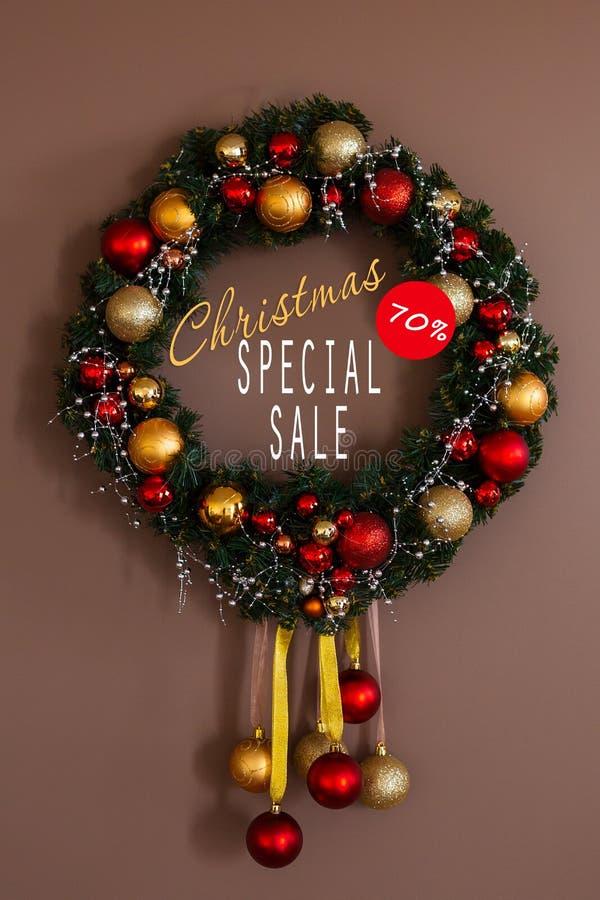 Vendite sulle feste del nuovo anno e di Natale Decorazione festiva con un'iscrizione informativa di uno sconto di 70 per cento pe immagine stock libera da diritti