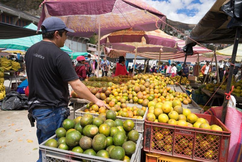 Venditore ambulante in Alausi Ecuador immagini stock