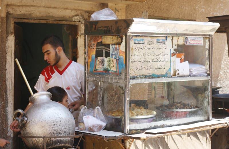 Venditore ambulante arabo dell'alimento del fallo tradizionale dell'Egiziano fotografia stock libera da diritti