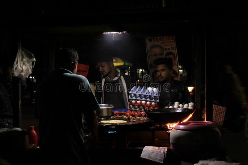 Venditore ambulante che vende non i piatti di Veg sulla notte immagine stock libera da diritti